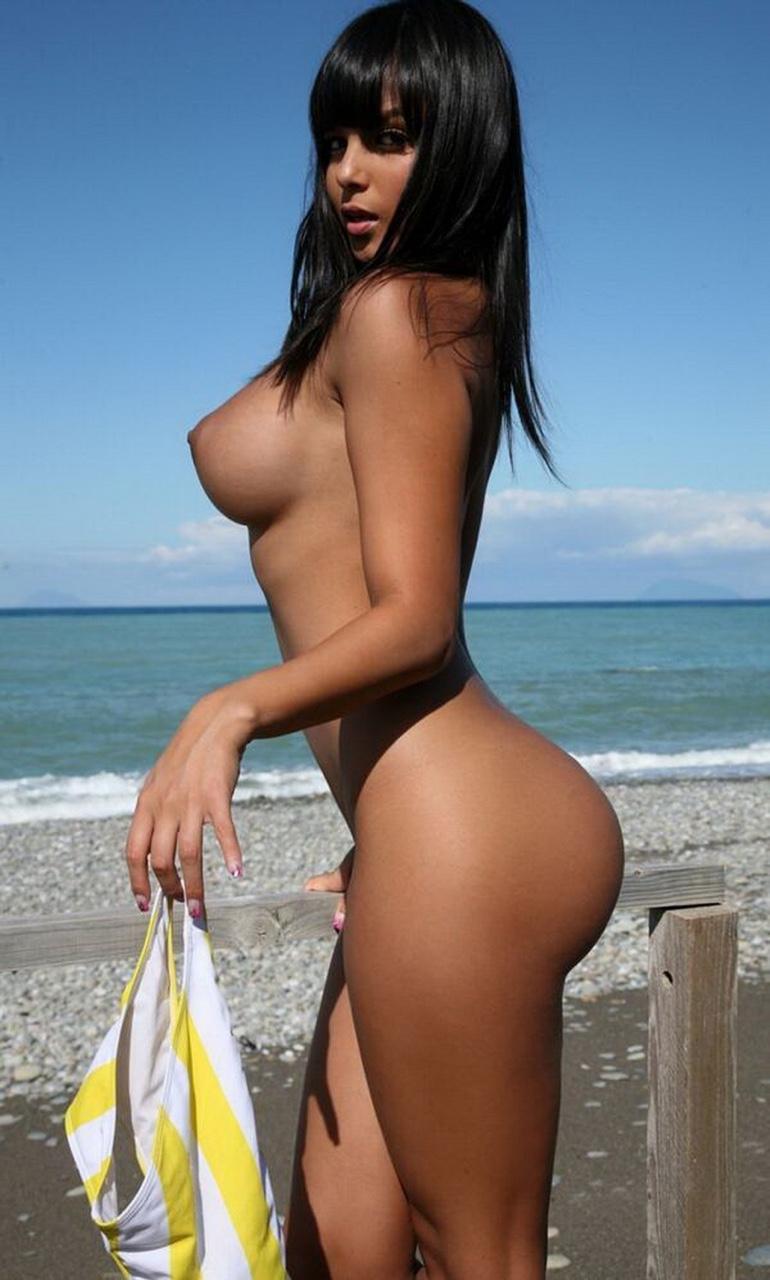 Coquine au tel à la plage