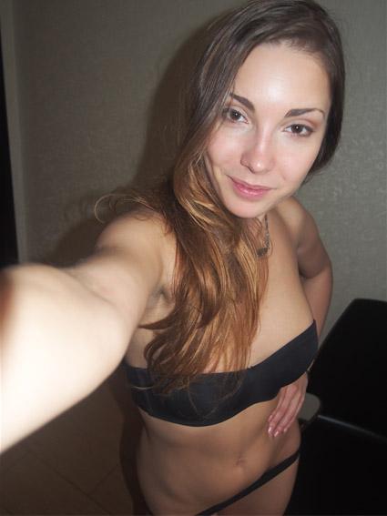 brune sexy pour amour au tel rose
